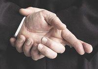Lying_crossed_fingers