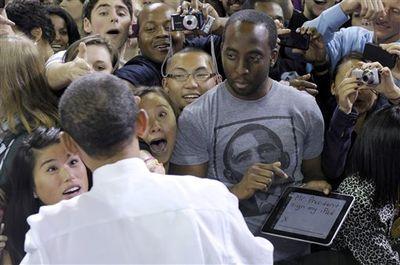 Obama%20Signing%20iPad%20Photo
