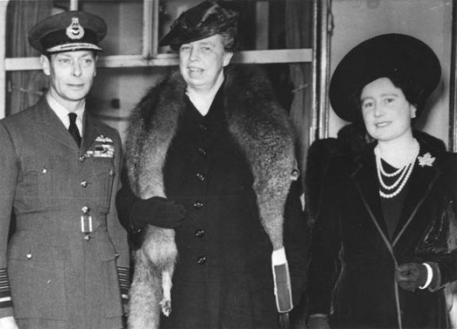 Eleanor-Roosevelt-stands-between-King-George-VI-and-Queen-Elizabeth-during-an-inspection-of-English-war-conditions-in-1942-510x368