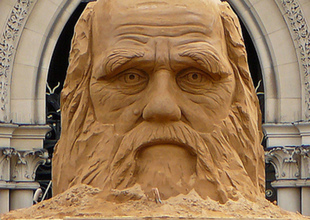Charles_Darwin_sculpture_photo_by_Tim_Green